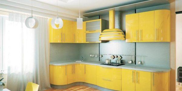 Bucatarie cu decor galben-albastru