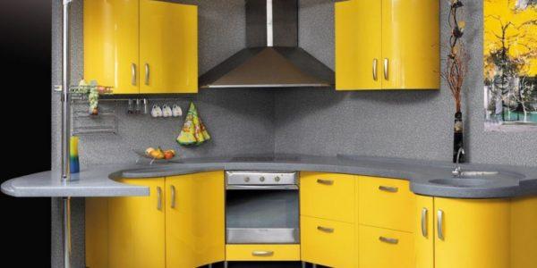 Bucatarie cu mobilier galben pe colt