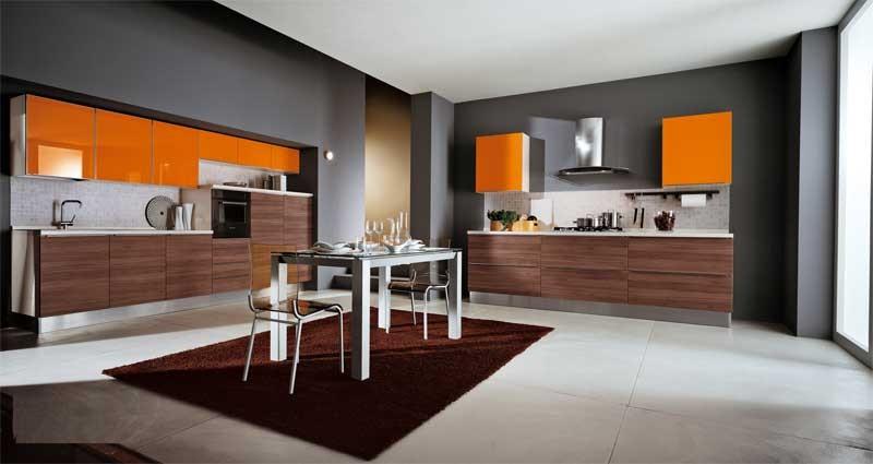 Bucatarie eleganta cu decor negru portocaliu