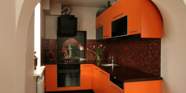 Bucatarie mica cu decor negru portocaliu