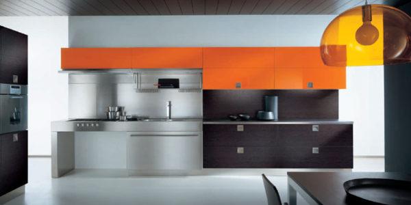 Bucatarie moderne cu decor negru portocaliu