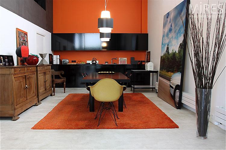 Decor negru portocaliu bucatarie deschisa spre living