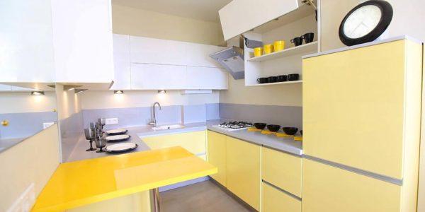 Design interior alb-galben bucatarie