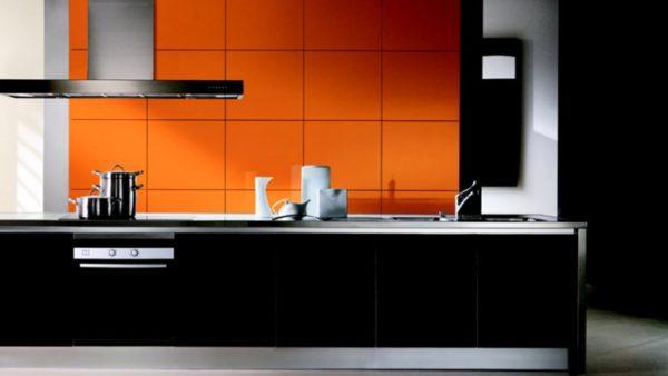 Desing interesant negru portocaliu bucatarie