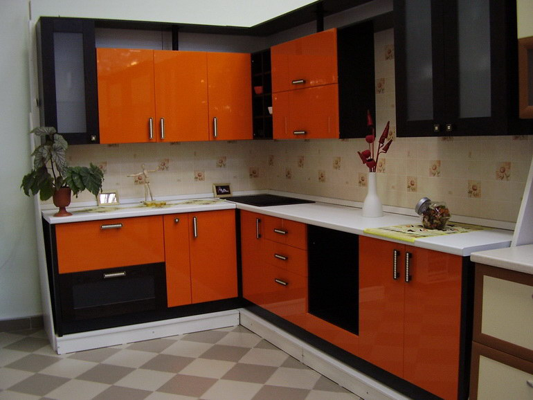 Mobilier negru portocaliu cu finisaje lucioase