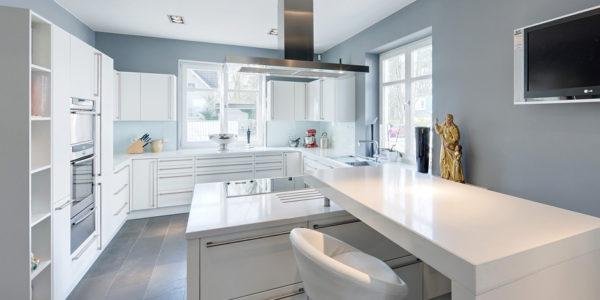 Amenajare bucatarie cu decor alb gri