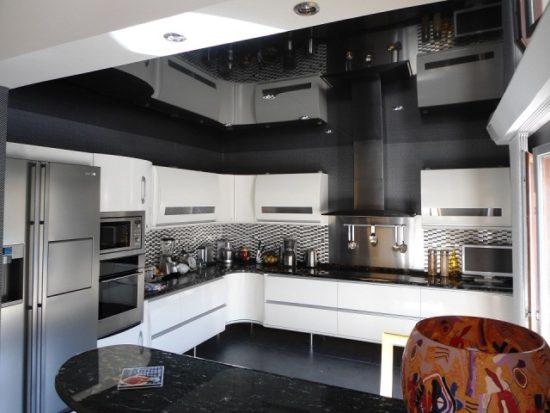 Amenajare bucatarie cu decor alb-negru