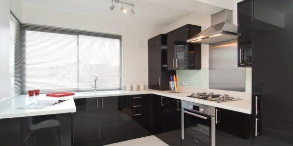 Amenajare bucatarie cu mobilier alb-negru