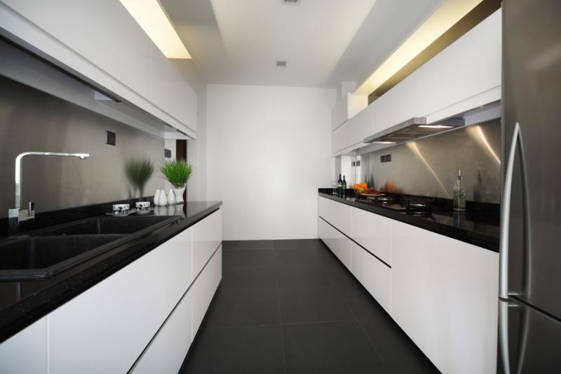 Amenajare bucatarie moderna in alb si negru