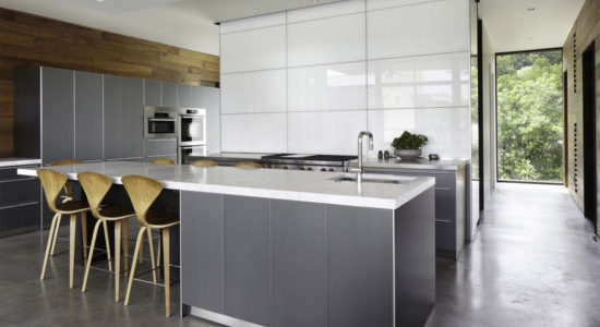 Bucataria moderna cu mobilier alb gri