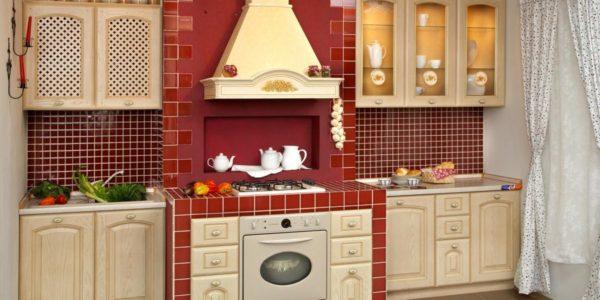 Bucatarie clasica cu decor rosu crem