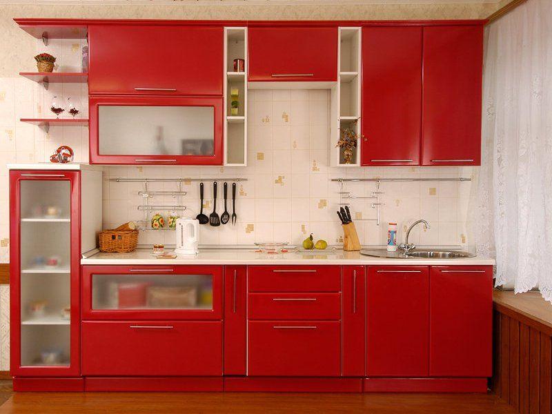 Bucatarie clasica cu mobilier rosu