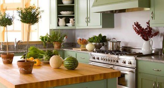 Bucatarie clasica cu mobilier verde fistic