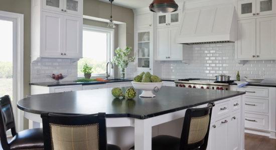 Bucatarie cu decor alb-negru