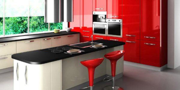Bucatarie cu decor alb-rosu-negru