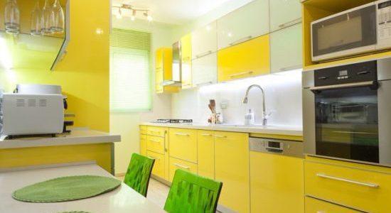 Bucatarie cu decor galben-verde