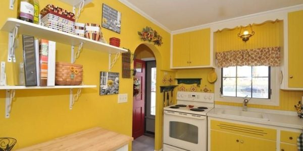 Bucatarie cu decor retro galben
