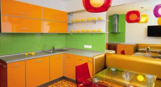 Bucatarie cu design verde-portocaliu