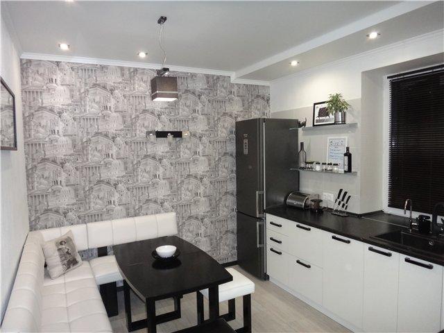 Bucatarie cu dining cu decor alb negru