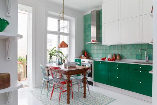 Bucatarie cu mobila alb cu verde menta