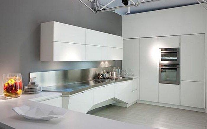 Bucatarie cu mobilier alb in stil high-tech