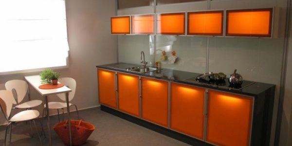 Bucatarie cu mobilier portocaliu deschis