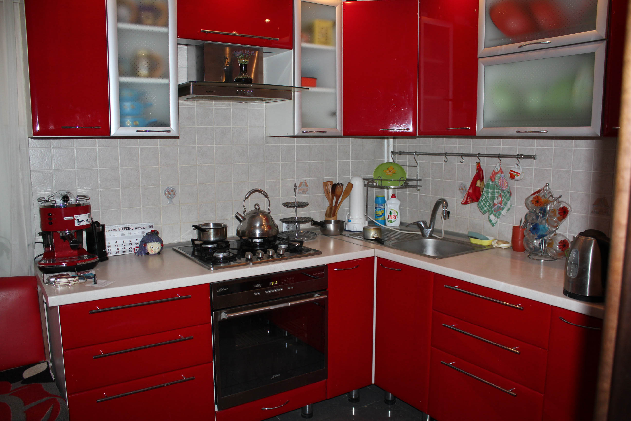 Bucatarie cu mobilier rosu lucios