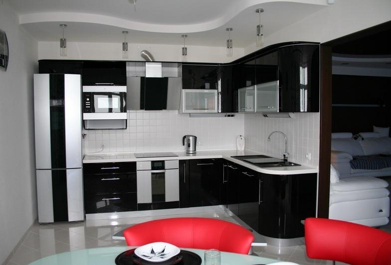 bucatarie alb cu negru si accente rosii