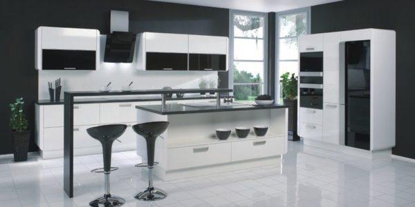 Bucatarie deschisa cu design alb-negru