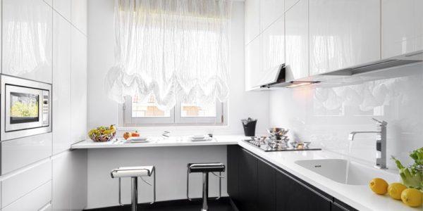 Bucatarie eleganta cu decor alb-negru