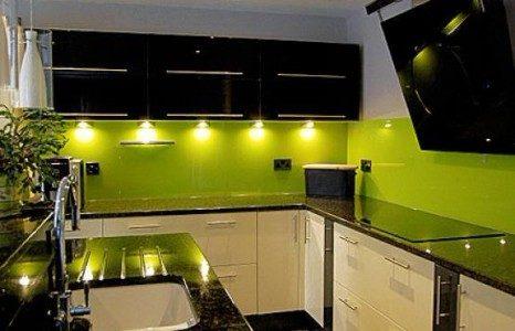 Bucatarie eleganta cu decor alb-verde-negru