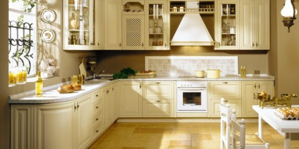 Bucatarie eleganta cu mobilier bej