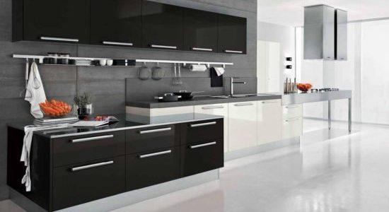 Bucatarie eleganta cu mobilier si blat negru