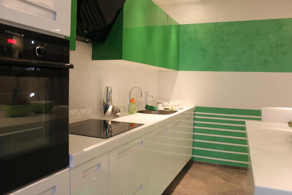 Bucatarie ingusta cu decor alb-verde
