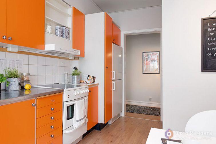 Bucatarie mica cu decor alb portocaliu