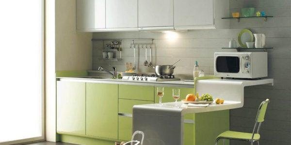 Bucatarie mica cu decor alb-verde
