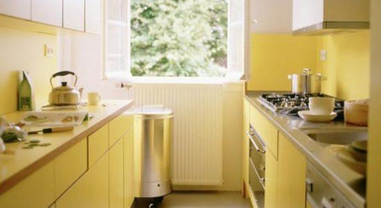 Bucatarie mica cu decor galben