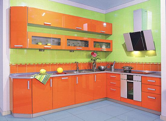 Bucatarie mica cu decor verde-portocaliu