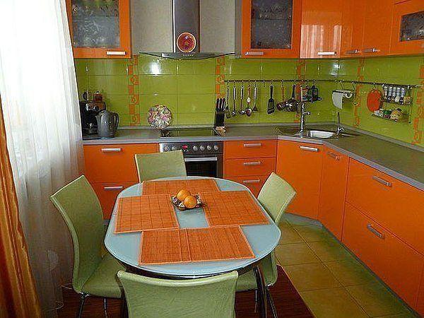 Bucatarie mica cu design verde-portocaliu