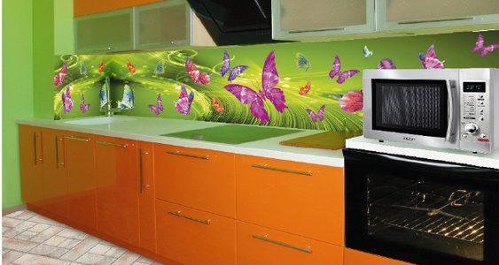 Bucatarie mica cu mobilier verde-portocaliu