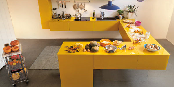 Bucatarie minimalista cu mobilier galben