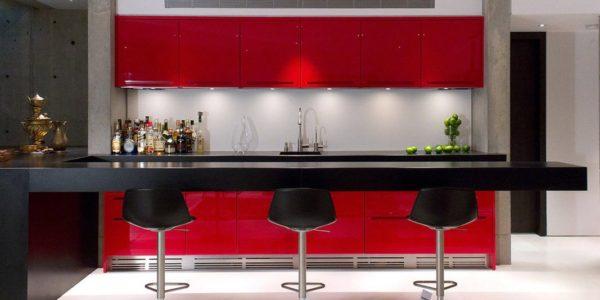 Bucatarie moderna cu decor rosu-negru