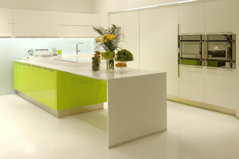 Bucatarie moderna cu mobilier alb-verde