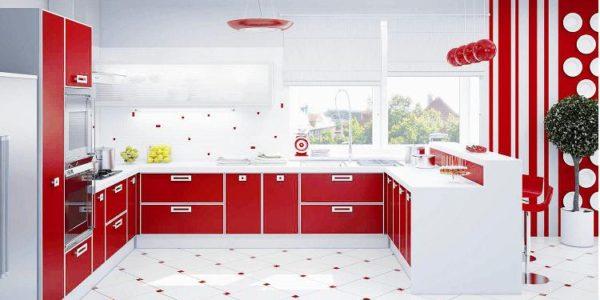 Bucatarie spatioasa cu decor alb rosu