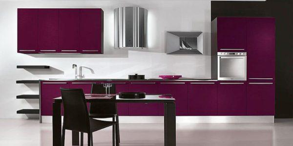 Bucatarie spatioasa cu decor alb violet