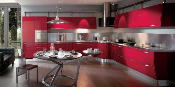 Bucatarie spatioasa cu mobilier rosu