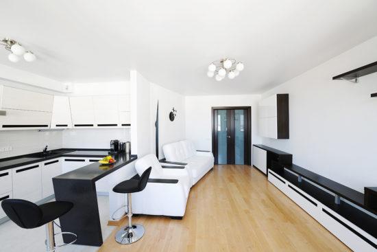 Decor alb-negru minimalist in bucatarie