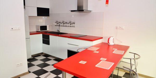 Decor alb-rosu-negru in bucatarie