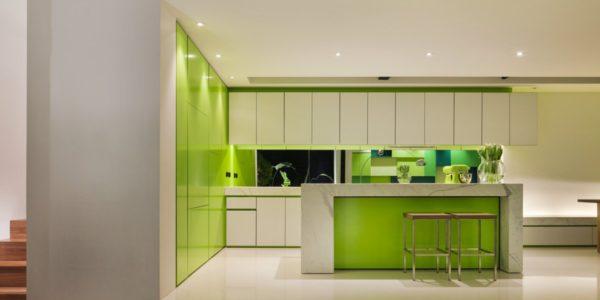 Decor elegant alb-verde bucatarie