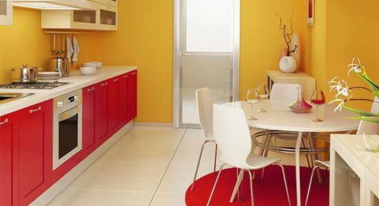 Decor galben-rosu in bucatarie